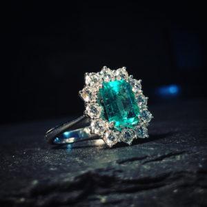 Anello di smeraldo e diamanti