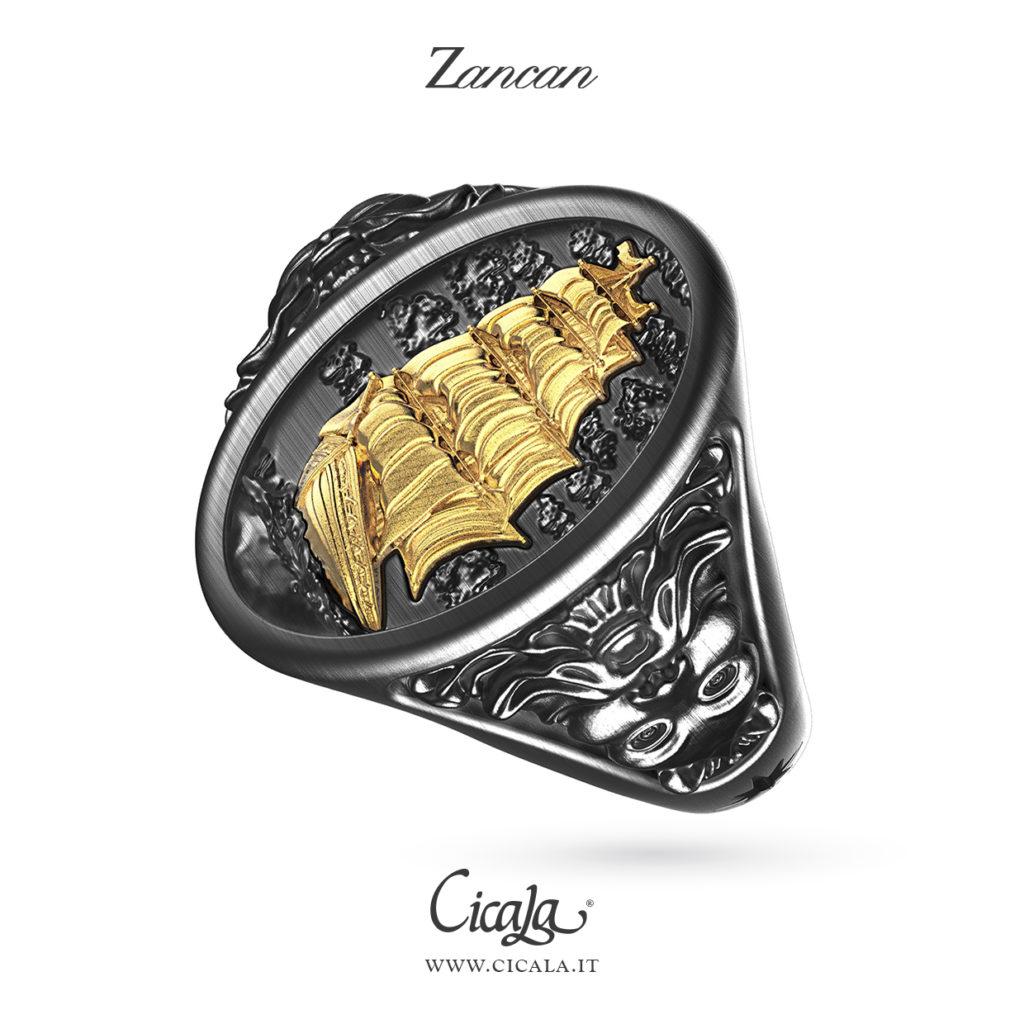 Anello in argento brunito con veliero dorato in primo piano di Zancan gioielli