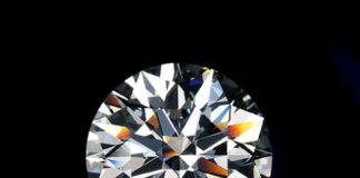 Primo piano di un diamante con taglio rotondo a brillante