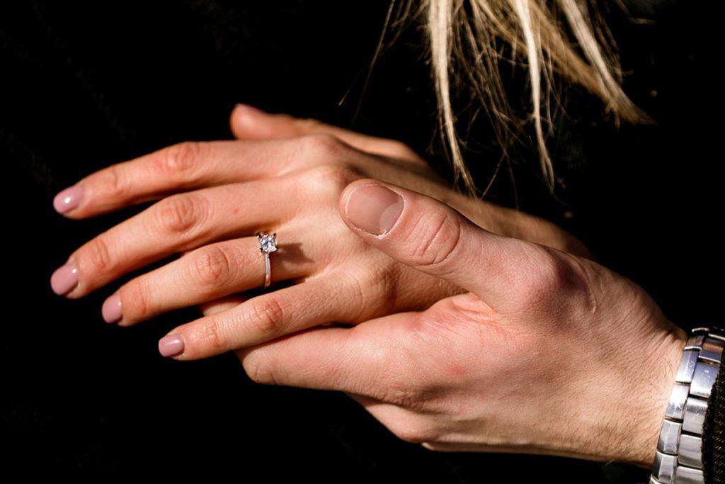 Fotografia che ritrae due mani per la guida come scegliere un anello di fidanzamento