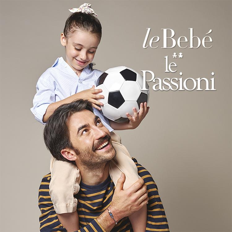 Papà che indossa un gioiello leBebè Le Passioni e figlia in spalla