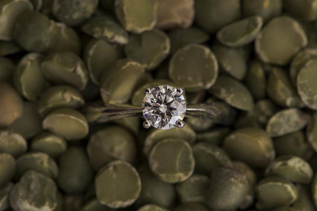 Un anello con diamante inserito in una ambientazione da cucina