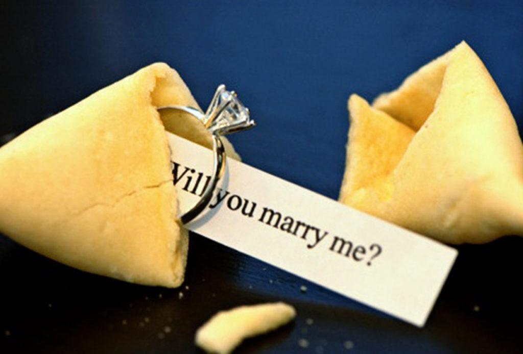 Uno dei 7 modi romantici di regalare un gioiello: proposta con il cibo