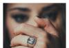 Ragazza indossa un anello da mignolo in argento con lettera M